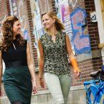 Spontane interactie tussen 2 vrouwen die door de stad lopen