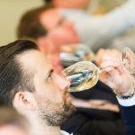 Wijnproever ruikt aan het wijnglas
