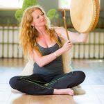 Portret van vrouw die meditatie lessen geeft
