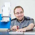 portret van techneut die aan robot sleutelt